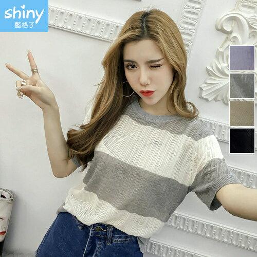 【V2292】shiny藍格子-輕透涼感.透視鏤空條紋圓領短袖上衣