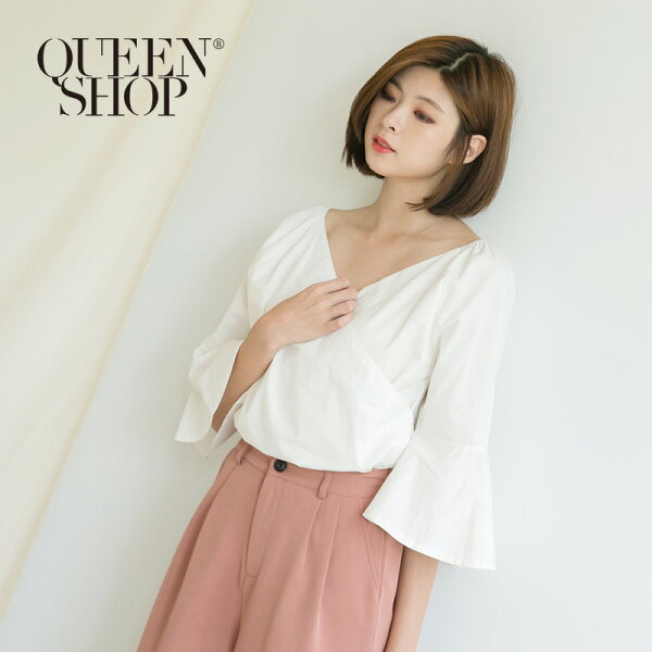 QueenShop【01095986】交叉V領微露肩荷葉袖上衣*預購*
