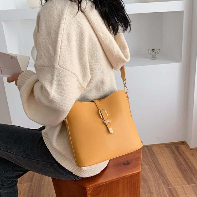 水桶包 時尚寬帶小包包洋氣女包2020新款潮韓版百搭斜挎包網紅單肩水桶包