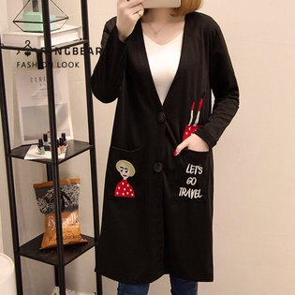 眼圈熊S-7L大小尺碼衣褲專賣:加大尺碼--輕鬆隨興俏皮逗趣大V領雙側卡通刺繡大口袋開襟長版外套(黑XL-3L)-J308眼圈熊中大尺碼