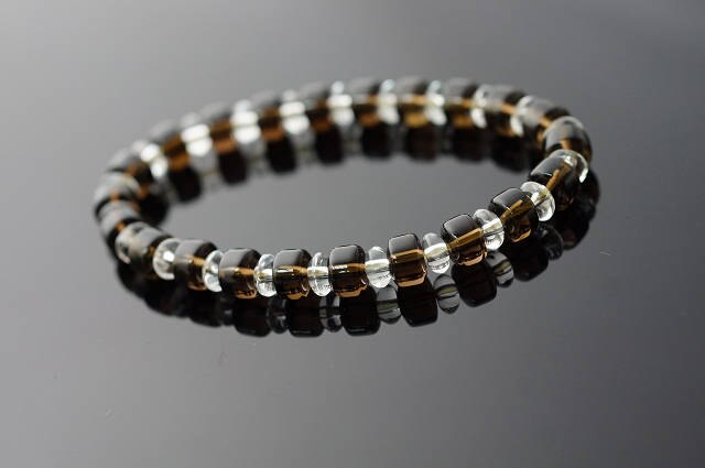 茶水晶  白水晶是穩定水晶的代表性水晶,佩帶茶晶的手珠 使你比較穩健踏實,並且 改變 上的