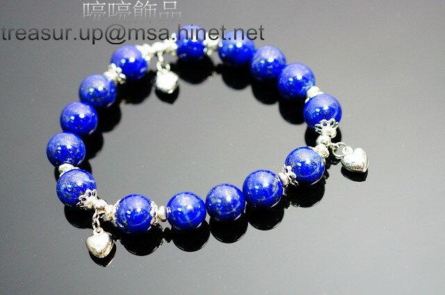 青金石的英文名稱為Lapis Lazuli,來自拉丁語Lapis Lazuli,前者意指寶石,後者則指藍色的(寶石)。其工藝品稱「青金」,古稱「金碧」、「點黛」或「璧琉璃」。青金石,又叫天青石。其主要產地為阿富汗和中國的青海和東北一帶。 其色為深藍色,就像碧藍無垠的天空一樣。在上面有一些銅礦金色斑痕也就是「金」由此得名青金。 在清代還將其製成朝珠和其它器皿供佛祭祖,在禮制裡曾經用「青金祭寰丘」即指使用青金所製成或裝飾的供器和服裝珮飾。N189