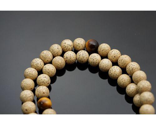 54顆星月菩提子佛珠成為菩提子佛珠的代表,受到四眾弟子的高度推崇,似乎成為佛教徒學佛歷程中的必然需之物。有人認為星月菩提並不起眼,其實不然。因為星月菩提子是一種植物的種子,種子一般都含有豐富的油脂。虎眼石