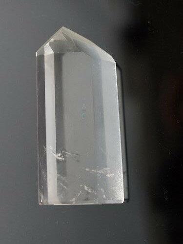 天然水晶柱  六個天然菱面構成一個尖端,上半部全清,頂部可能有雲狀。 79.12克