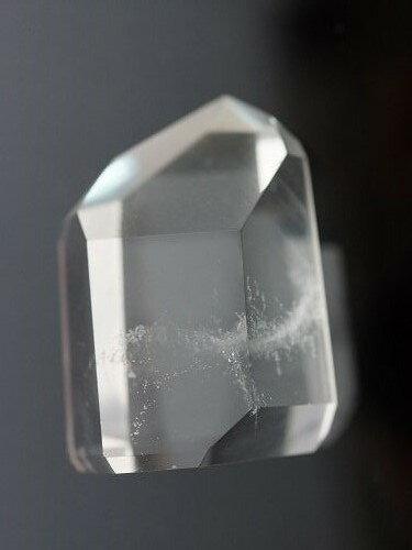 六個天然菱面構成一個尖端,上半部全清,頂部可能有雲狀、幽靈、彩虹或包裹體,也可能渾身通透,不含有任何一絲雜質。它可能很小,只得四分一寸,也可能很大,足足超過一尺長。 發電機水晶有一個優秀的功能:它能幫助我們集中及擴大能量,輸入病人身體內,打散積存的負性能量。它名為發電機水晶,顧名思義,它將宇宙能引導到物質世界,幫助人類克服進化過程中的問題。 84.89克