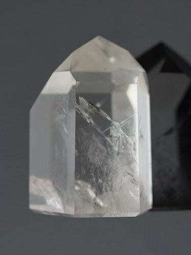 六個天然菱面構成一個尖端,白水晶包含紅澄黃綠藍靛紫七種光的能量,是最平衡圓滿而豐富的能量水晶。 白水晶可以使個人頭腦清晰,精神清爽,提高靈性,激發潛能。 白水晶的能量可以幫助我們組織所有概念及創作進而..