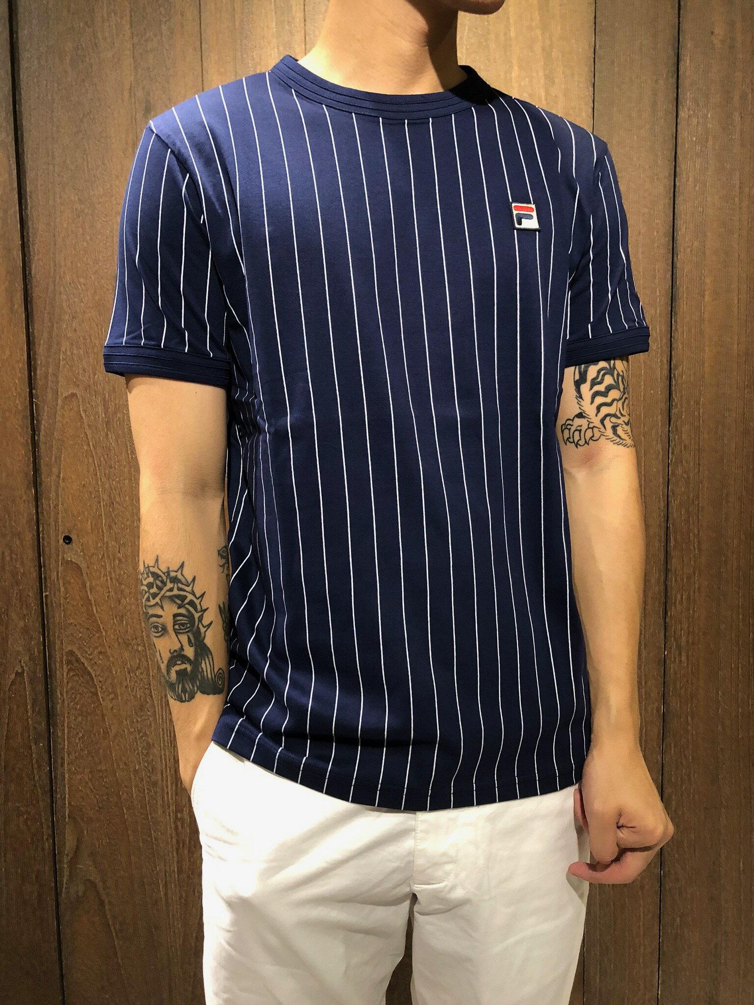 美國百分百【全新真品】 FILA 短袖 直條紋 T恤 T-shirt 運動潮流 男 大logo 深藍/白色 AI55