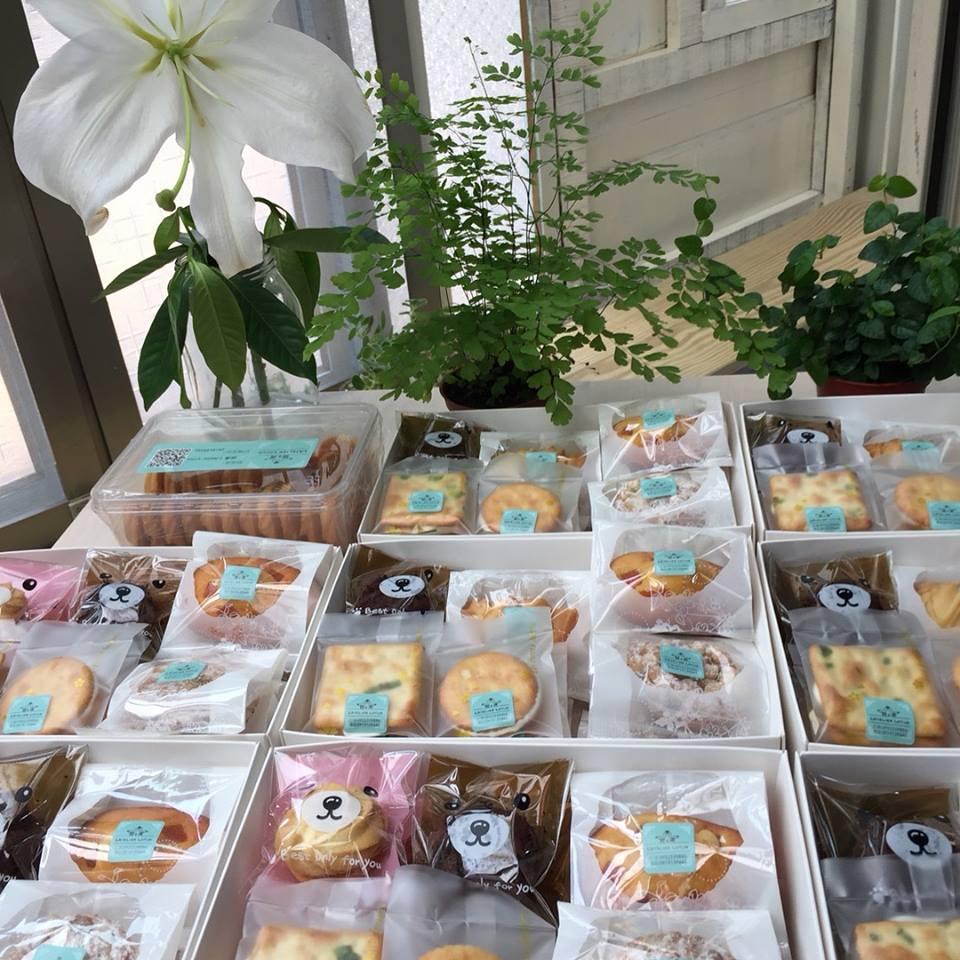 甜滿綜合禮盒(一盒350元。內含香蔥牛軋餅、香橙瑪德蓮、髒髒餅、玫瑰熊、金幣牛軋餅、法式鳳梨塔、蜂蜜蔓越莓夏威夷豆塔)