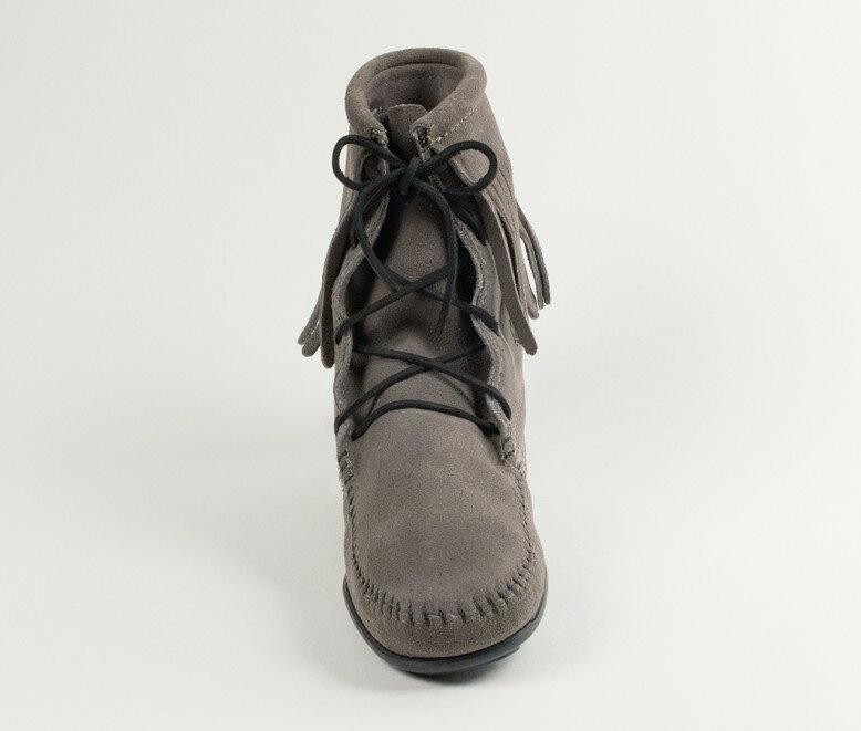 【Minnetonka 莫卡辛】灰色  - 經典綁帶流蘇短靴 3