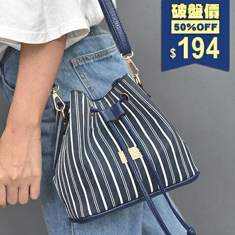 藍白直條紋束口抽繩百搭牛津布斜背包 水桶包 包飾衣院 P1789