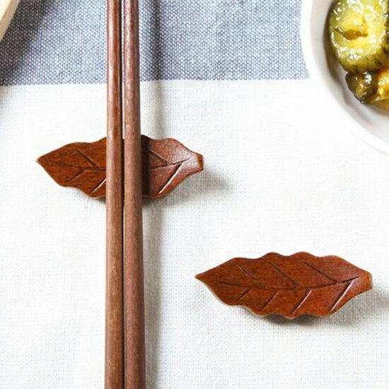 ♚MY COLOR♚樹葉造型木質筷子托 家用 托筷枕 日式 筷架 筷拖 餐桌 勺子架 廚房 筷子架 湯匙 餐具 衛生【P203】