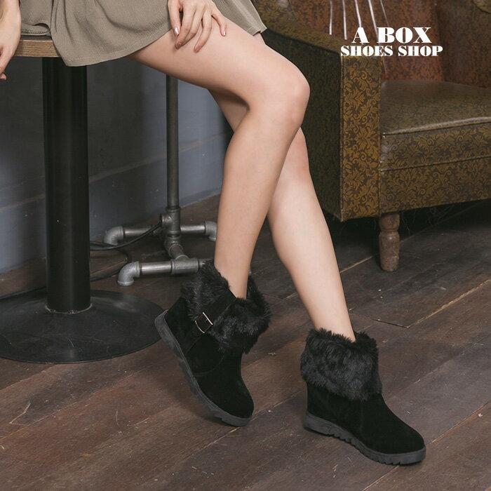 格子舖*【KSB637】韓版流行質感麂皮保暖絨毛造型 金屬釦環 7.5CM內增高厚底增高短靴 2色 1