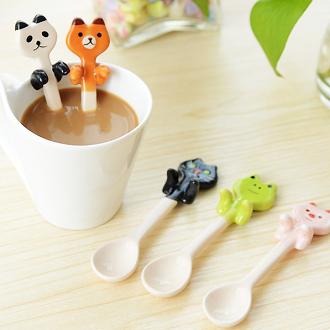 《波卡小姐》日系Zakka雜貨風咖啡牛奶湯匙攪拌棒 可愛貓咪青蛙熊貓小豬小湯匙 陶瓷餐具食器 / 盒裝 生日禮物 婚禮小物 探房禮 送禮小禮物