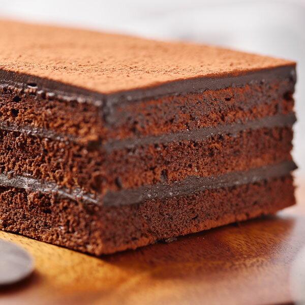 【喬伊絲♥絲博生巧克力蛋糕】選用來自馬來西亞頂級絲博巧克力,加上法國進口總統牌鮮奶油,以獨家配方製成香濃滑順甘納許,經過一晚的自然熟成,搭配上使用大量絲博巧克力製成的巧克力蛋糕,造就這塊看似平凡,品嚐起來卻充滿濃郁巧克力香醇不甜膩的口感。※團購、伴手禮、聚會、彌月首選#團購美食 3