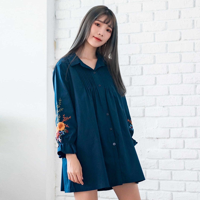 長版襯衫--氣質優雅荷葉袖花葉刺繡皺褶寬鬆排扣襯衫上衣(藍.卡其XL-3L)-I125眼圈熊中大尺碼 0