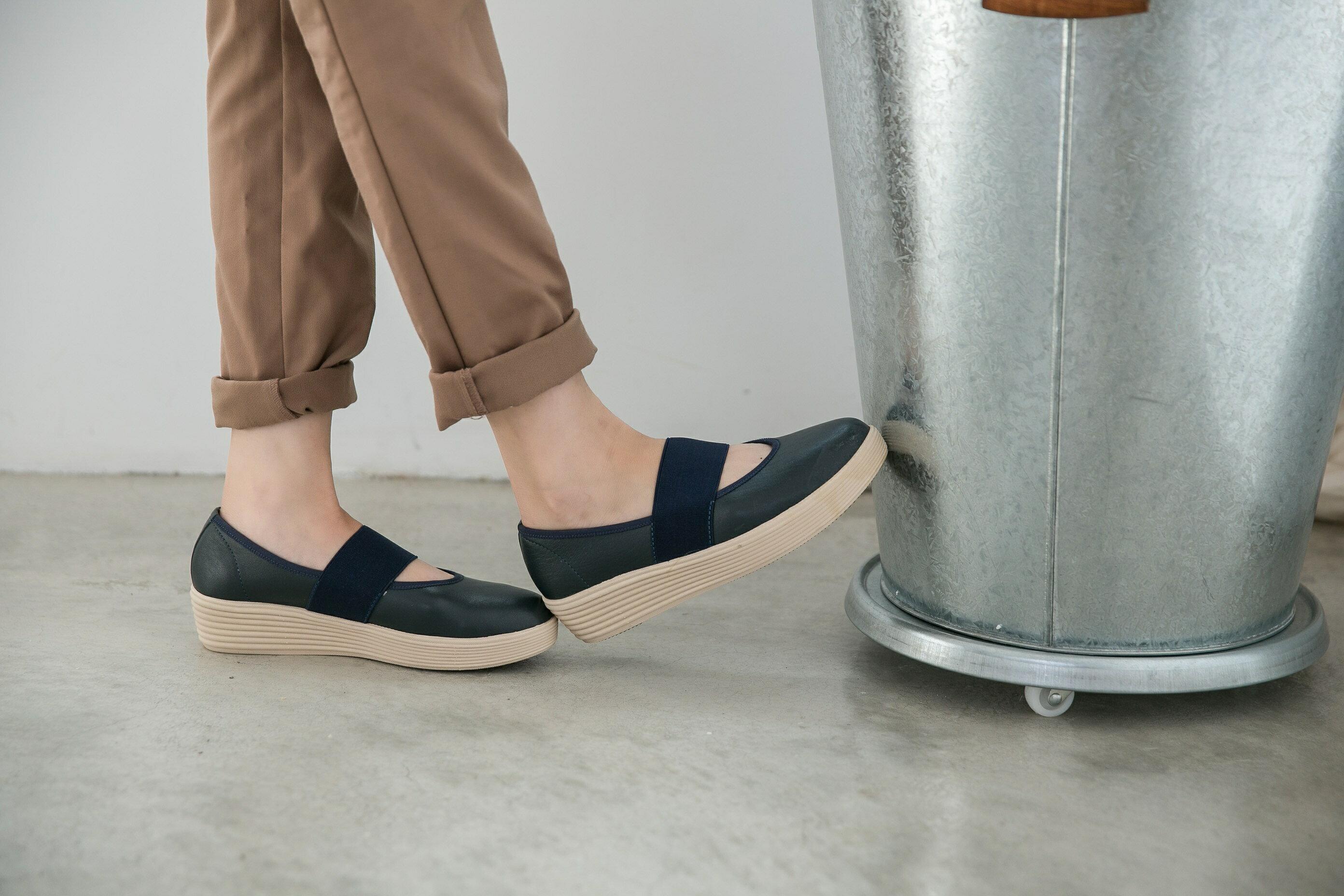 Aimez La Vie 超輕氣墊鞋|圓頭鬆緊帶厚牛皮休閒鞋 3