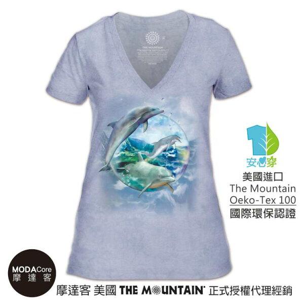 【摩達客】(預購)美國TheMountain都會系列海豚水晶球V領女版短T