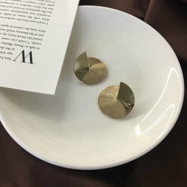 (預購+現貨)金色羅盤立體造型針式耳環【2-17170】