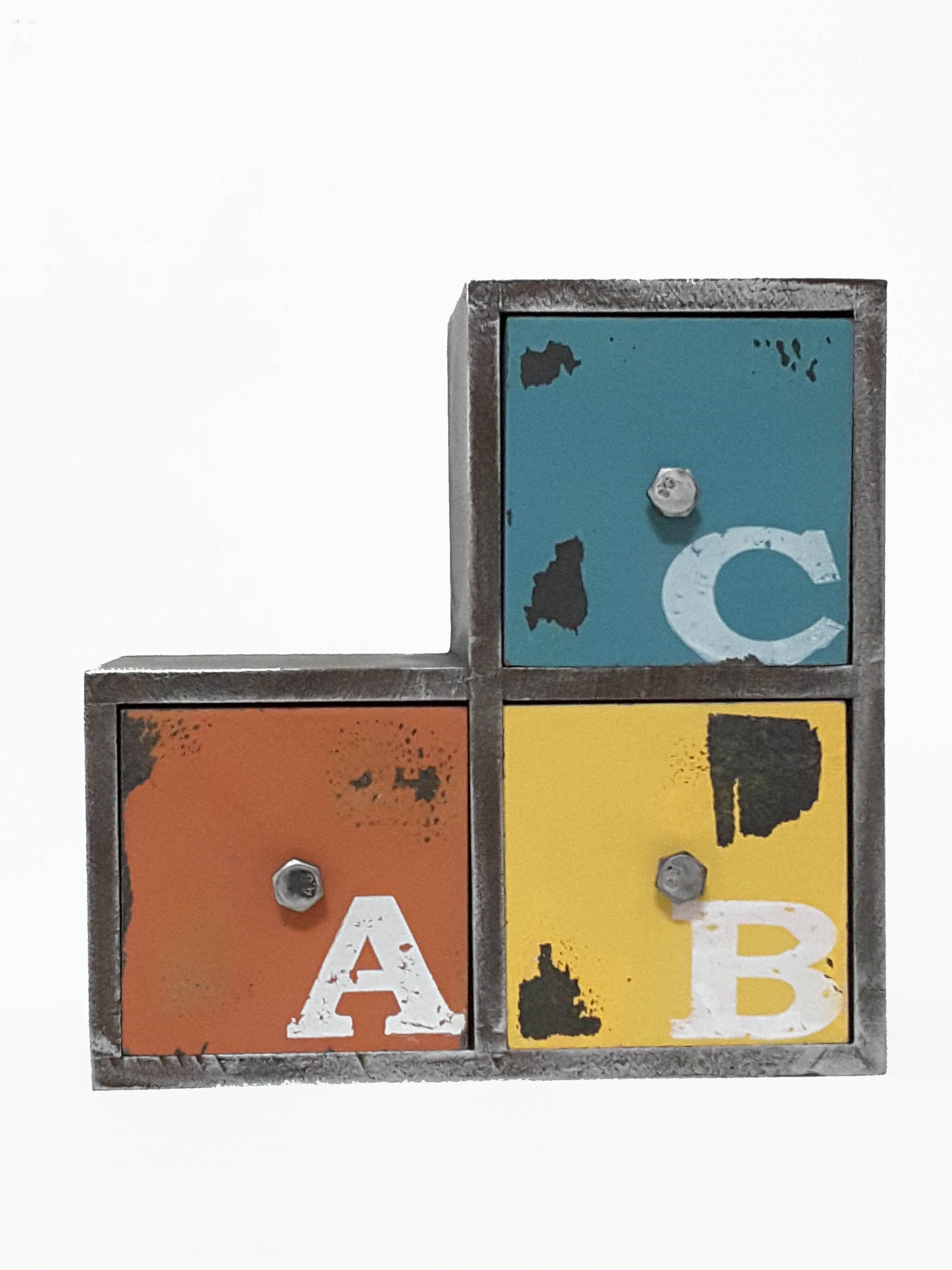 La maison生活小舖《工藝風鐵製三格抽屜櫃》ABC彩色圖案 收納物品 裝飾環境 實用美觀 收納櫃/抽屜櫃/置物櫃/復古擺飾/工蓺風