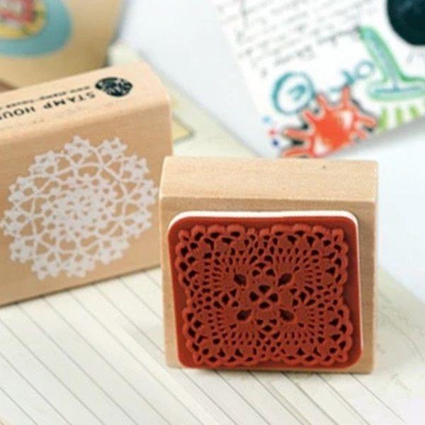 ●MY COLOR●蕾絲圖案木質印章 小寫 卡片 相冊 字母 銅扣 手工 DIY 文具 學生 木盒 獎品 【K113】