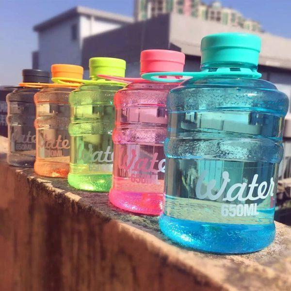 ●MY COLOR●迷你桶裝造型水杯 水壺提手 學生 MINI 飲料 韓國 糖果罐 大容量 便攜 (650ML)【Q173】
