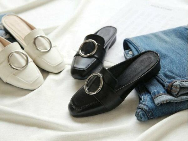 Pyf♥金屬圓鐵扣圓頭皮革包頭平底涼鞋歐美懶人半拖鞋穆勒鞋43大尺碼女鞋