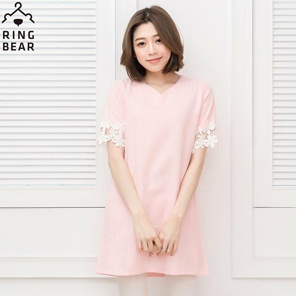 蕾絲洋裝--氣質甜美袖口拼接蕾絲細緻格紋V領洋裝 / 長上衣(粉.藍XL-3L)-D193眼圈熊中大尺碼 1